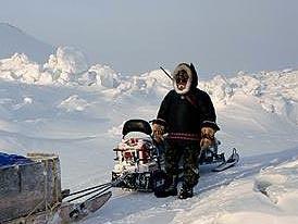 Un inuit avec une motoneige