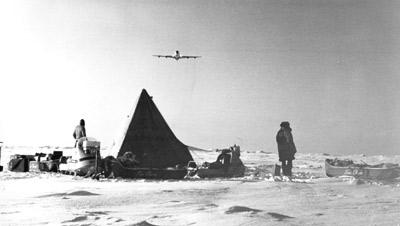 Campement de motoneigistes au pole nord